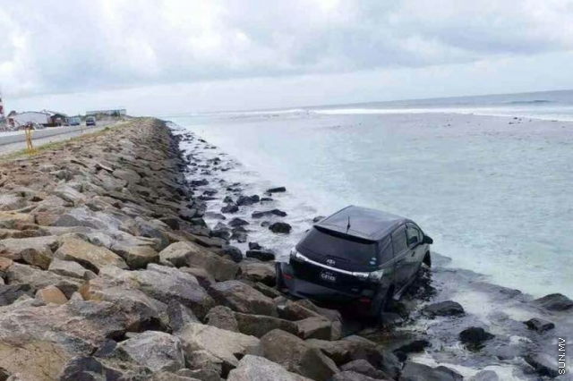 Car driven in Hulhulé falls into sea