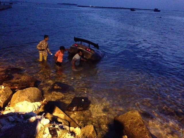 Car loses control, crashes into water in Addu City